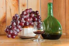 Botella de vino rojo y todavía del vidrio vida Foto de archivo libre de regalías