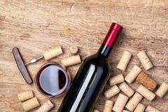 Botella de vino tinto en de madera foto de archivo