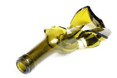 Botella de vino verde quebrada aislada en el blanco Imagen de archivo