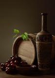Botella de vino vertido del cuenco Imagen de archivo