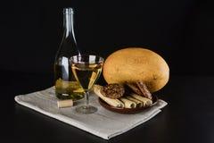 Botella de vino, vidrio de la placa del vino, del melón y de la arcilla de dulces Foto de archivo libre de regalías
