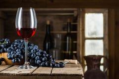 Botella de vino, vidrio de vino rojo y uva Foto de archivo libre de regalías