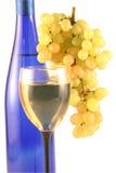 Botella de vino, vidrio, uvas. Imagen de archivo libre de regalías