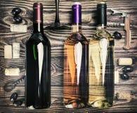Botella de vino y de accesorios en una tabla de madera Imagen de archivo