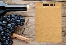 Botella de vino y de carta de vinos en blanco Foto de archivo