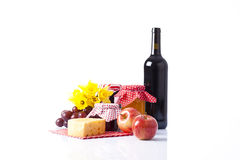 Botella de vino y de comida de la comida campestre Fotografía de archivo libre de regalías