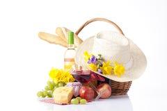 Botella de vino y de comida de la comida campestre Foto de archivo libre de regalías