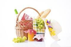 Botella de vino y de comida de la comida campestre en una cesta Fotos de archivo