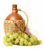Botella de vino y de uvas Imagenes de archivo