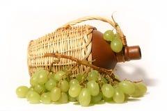 Botella de vino y de uvas Fotografía de archivo libre de regalías