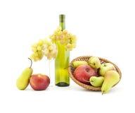 Botella de vino y de varia fruta Foto de archivo libre de regalías