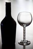 Botella de vino y de vidrio imagenes de archivo