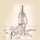 Botella de vino y de vidrio con las uvas. Imagen de archivo