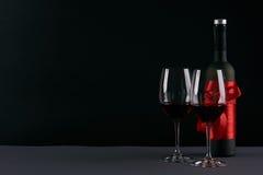 Botella de vino y dos copas Imágenes de archivo libres de regalías