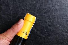Botella de vino y mano del hombre Imagen de archivo libre de regalías