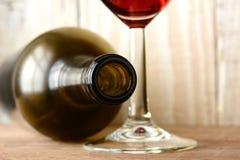 Botella de vino y primer del vidrio Foto de archivo libre de regalías