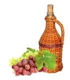 Botella de vino y uva roja Imagen de archivo