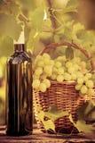 Botella de vino y uvas de la vid fotografía de archivo