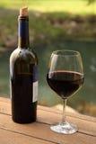 Botella de vino y vidrio de vino rojo Fotos de archivo