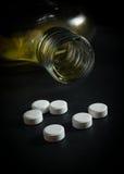 Botella de whisky con las píldoras blancas de la medicina Fotos de archivo