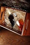 Botella de whisky En un conteainer de madera para transportar, caja con los microprocesadores de madera Copie el espacio fotografía de archivo libre de regalías