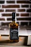 Botella de whisky de Jack Daniels en una caja de madera De la pared de ladrillo parte posterior encendido foto de archivo libre de regalías
