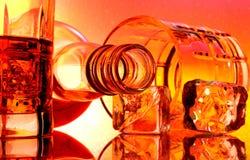 Botella de whisky y extracto de los vidrios Fotografía de archivo libre de regalías