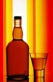 Botella de whisky y vidrio de tiro Foto de archivo libre de regalías