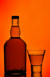 Botella de whisky y vidrio de tiro Fotografía de archivo libre de regalías