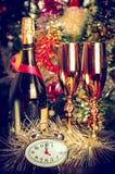 Botella del Año Nuevo de vidrios del champán Imágenes de archivo libres de regalías