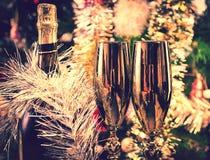 Botella del Año Nuevo de vidrios del champán Imagen de archivo libre de regalías