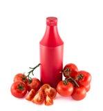 Botella del copyspace de la salsa de tomate rodeada con los tomates Fotos de archivo libres de regalías