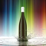 Botella del espacio en blanco del vino rojo sin etiqueta en chapoteo coloreado del agua del fondo stock de ilustración