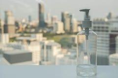 Botella del gel del alcohol para las bacterias de limpieza y la enfermedad imagen de archivo libre de regalías