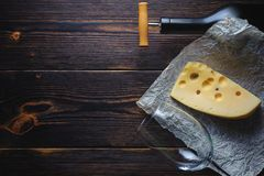 Botella del queso de vino y de un vidrio Copie el espacio foto de archivo libre de regalías