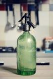 Botella del seltzer del vintage en la tabla Imágenes de archivo libres de regalías