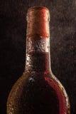Botella del vino blanco con descensos Foto de archivo libre de regalías