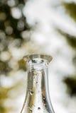 Botella del vintage con descensos del agua Fotografía de archivo libre de regalías