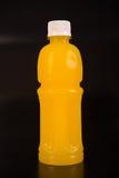 Botella del zumo de naranja Aislado en fondo negro Foto de archivo