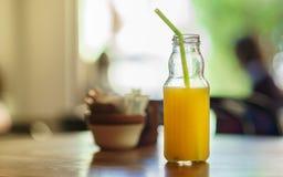 Botella del zumo de naranja con el tubo Fotos de archivo