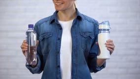 Botella disponible reutilizable femenina del termo que elige en lugar de otro, contaminación plástica almacen de video