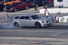 Botella doble de Dodge que hace que un humo muestra en la pista Imagen de archivo