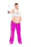 Botella embarazada hermosa feliz de la explotación agrícola de agua Foto de archivo libre de regalías