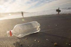 Botella en la orilla. imagen de archivo libre de regalías