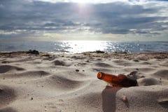 Botella en la playa Fotografía de archivo libre de regalías