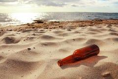 Botella en la playa Fotografía de archivo