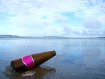 Botella en la playa Imágenes de archivo libres de regalías