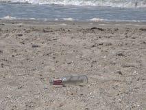Botella en la playa Foto de archivo