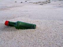 Botella en la playa imagenes de archivo