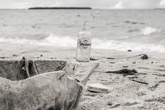 Botella en la playa fotos de archivo libres de regalías